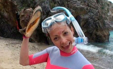 スッピンでもお構いナシで巨大貝をゲットする土屋アンナ