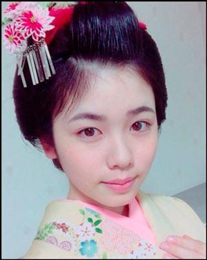 日本髪で着物姿の小芝風花